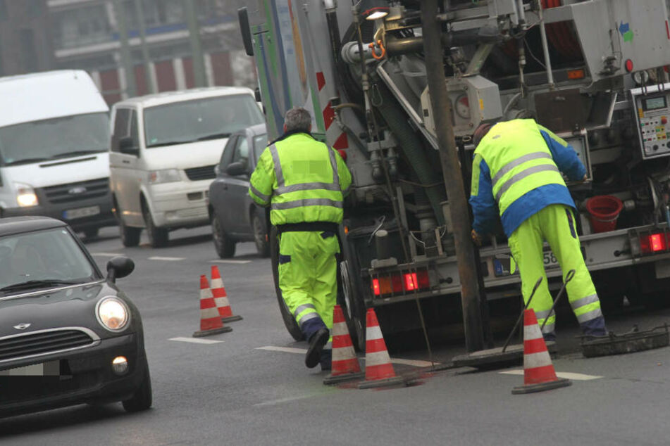 Vermummte gehen in Leipzig auf Kanalarbeiter los