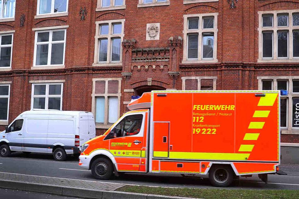 Ein Rettungswagen steht vor den Räumen des Bezirkssozialdienstes in Wuppertal.