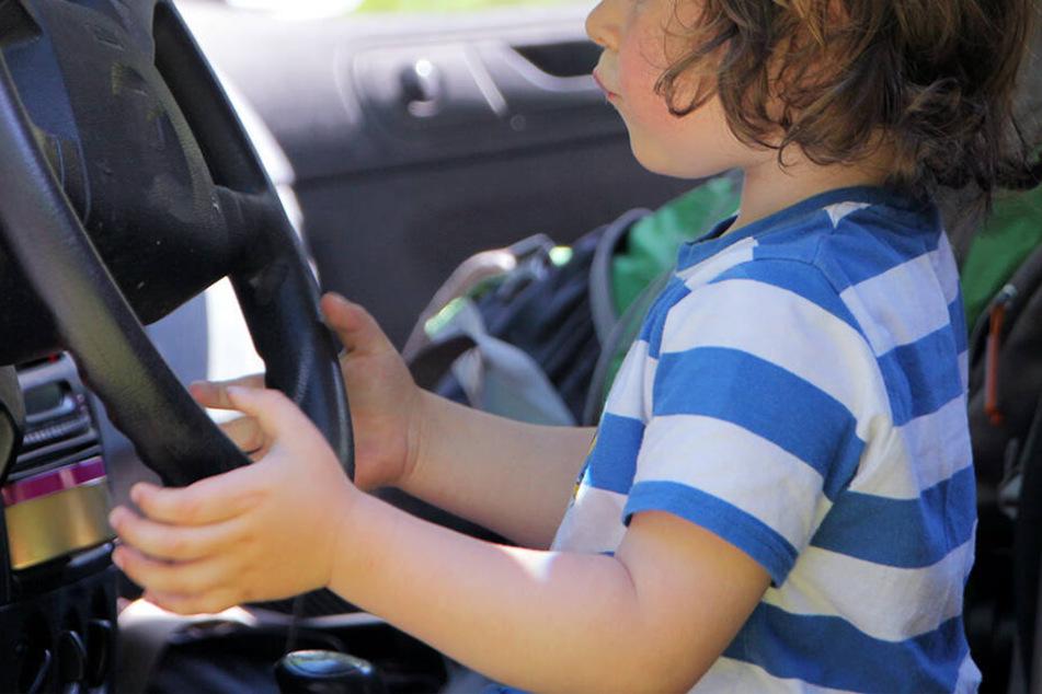 Das Kind hatte geschafft, das Auto zu starten und damit zu fahren. (Symbolbild)