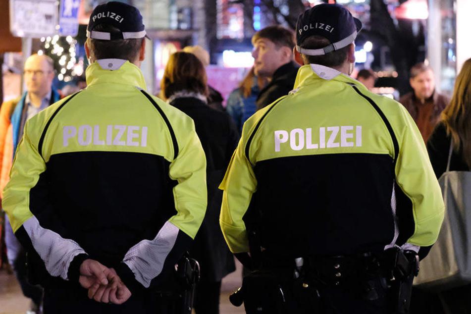 Die Jugendlichen wehrten sich heftig die Polizeibeamten, griffen einen von ihnen an. (Symbolbild)