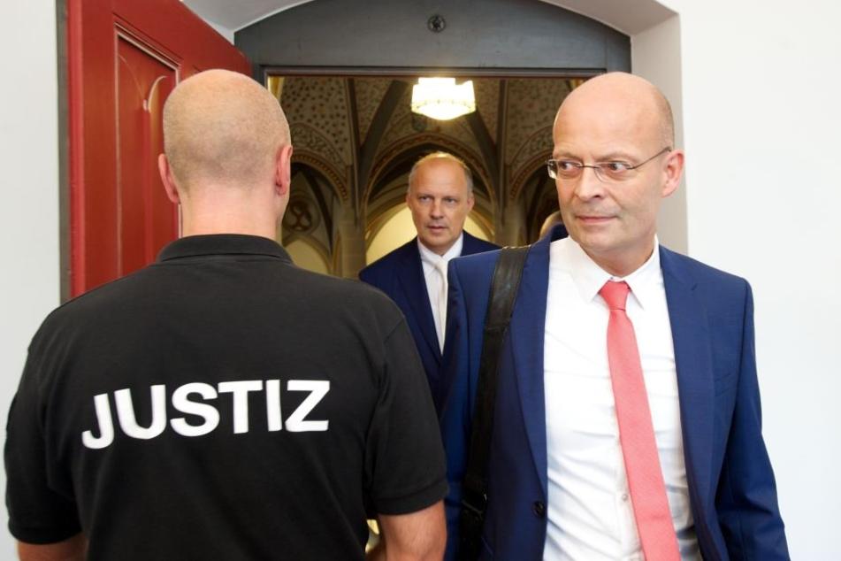 Im Fall der Untreue-Vorwürfe gegen Halles Oberbürgermeister Bernd Wiegand (r., parteilos) ist eine Entscheidung gefallen.