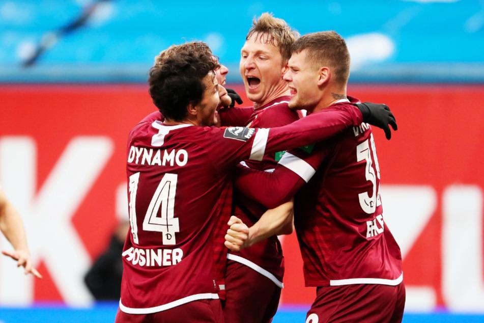 Marco Hartmann (32, 2.v.r.) traf erneut gegen seinen Lieblingsgegner! Der Abwehrorganisator erzielte das 2:0 in Stürmermanier.