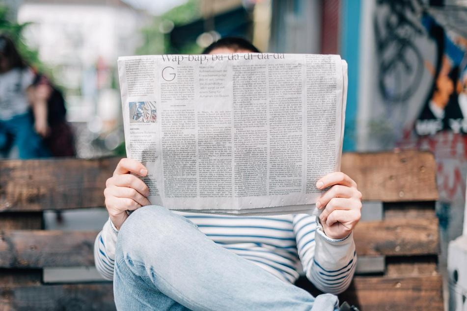 Mann liest Zeitung (Foto: Roman Kraft, Unsplash)