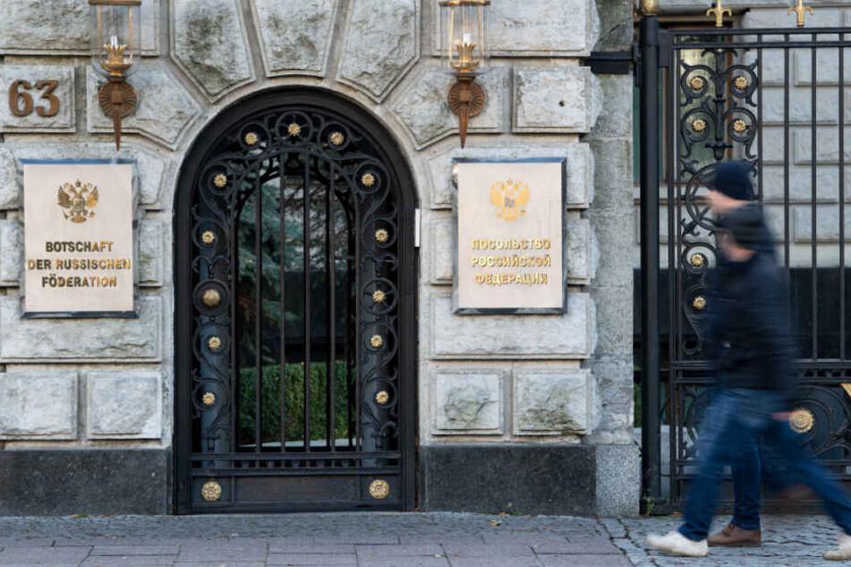Passanten gehen an der russischen Botschaft in Berlin-Mitte vorbei.