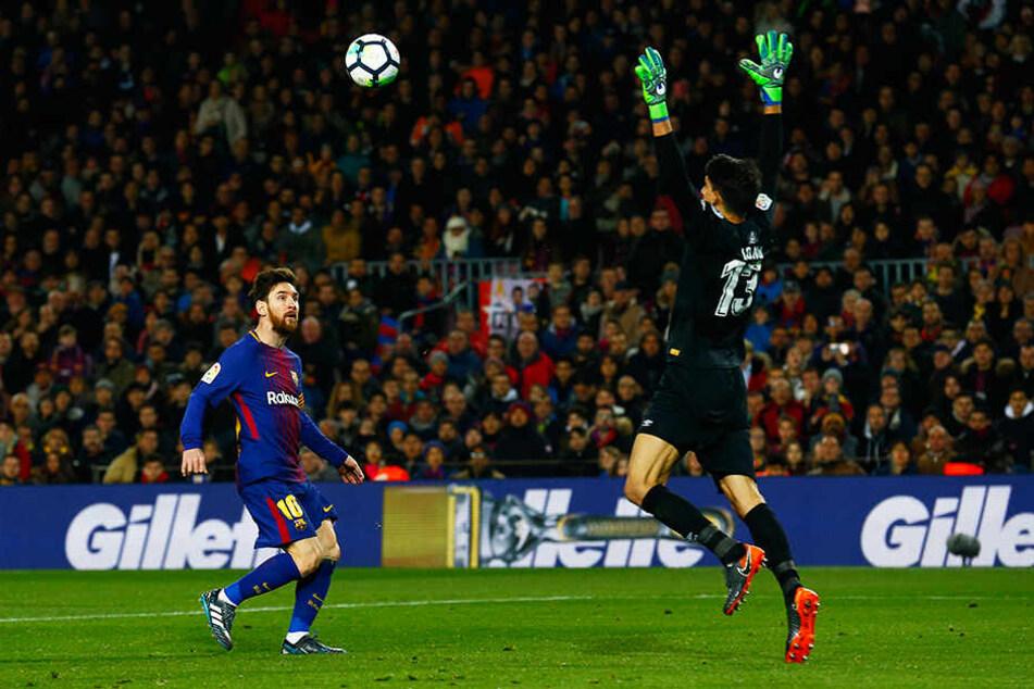 Hier wird Girona-Torhüter Bono von Barcas Superstar Lionel Messi (l.) überlupft.