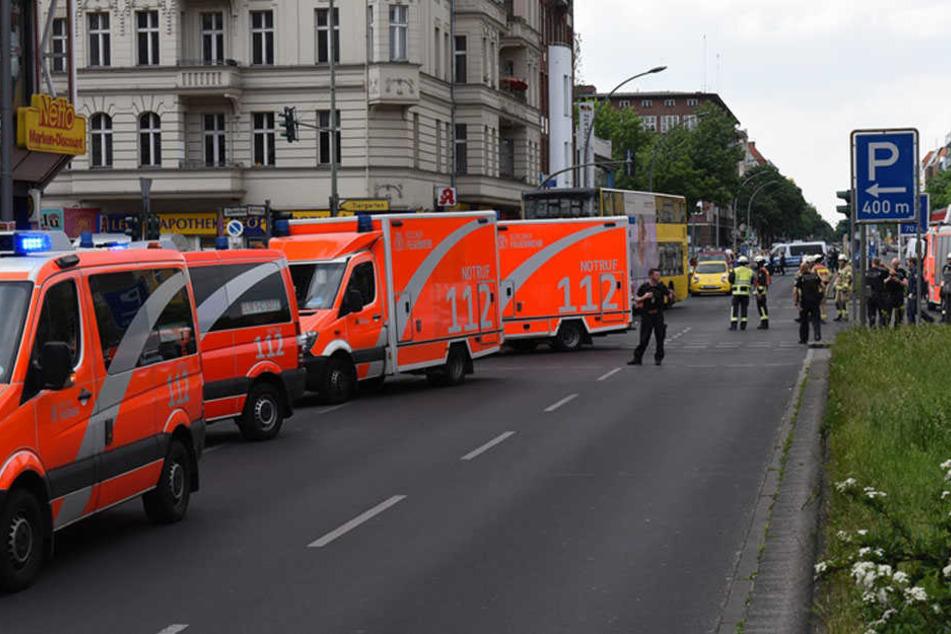 Die Feuerwehr rückte mit 16 Fahrzeugen an.