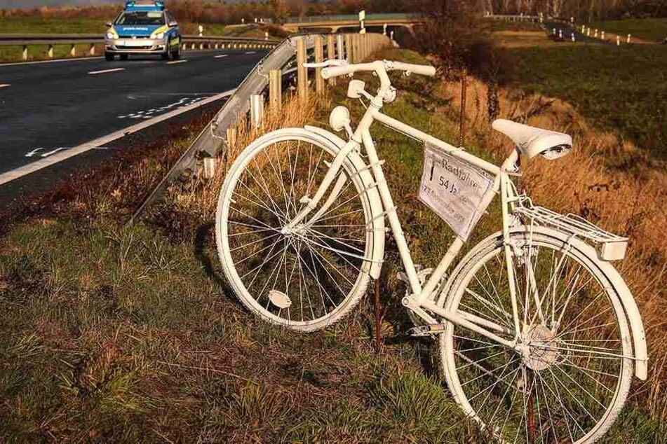 Ein weißes Fahrrad erinnert an den tödlichen Unfall an der S81 bei Friedewald.