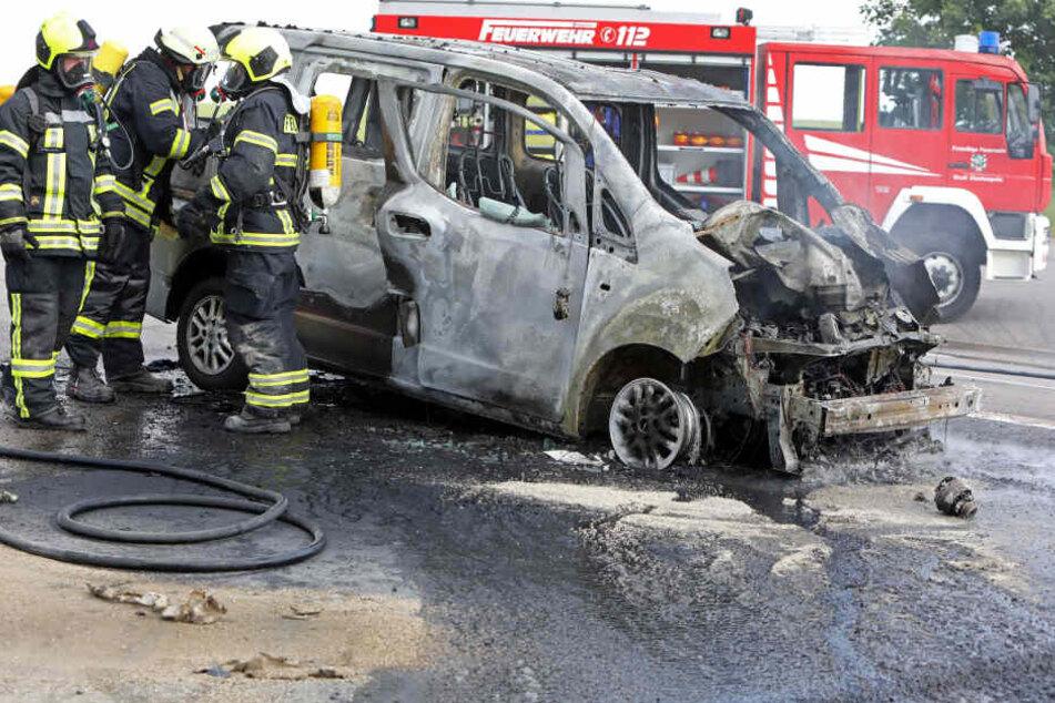 Der Nissan ist komplett ausgebrannt.