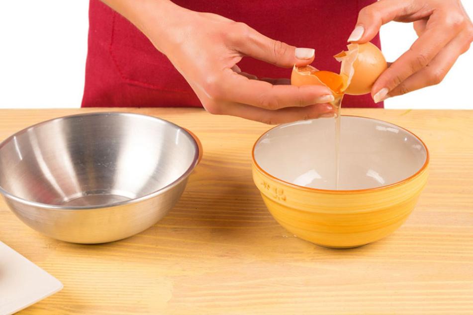 Eier auf dem Rand einer Schüssel aufschlagen? Keine gute Idee!