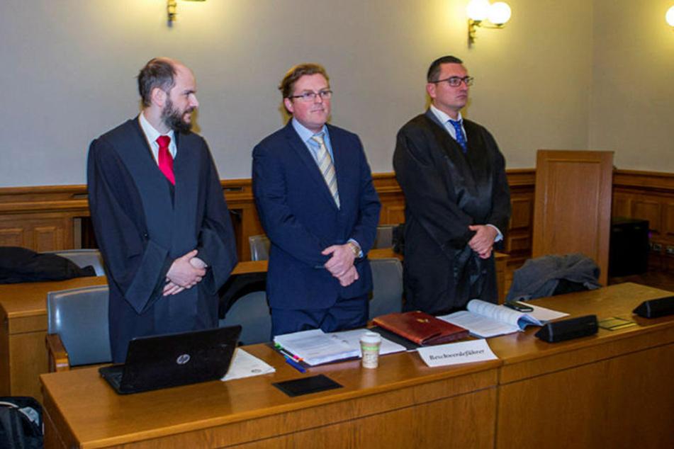 Der Beschwerdeführer: AfD-Politiker Arvid Immo Samtleben, flankiert von seinen Anwälten Martin Kohlmann (l.) und Dubravko Mandic (r.).