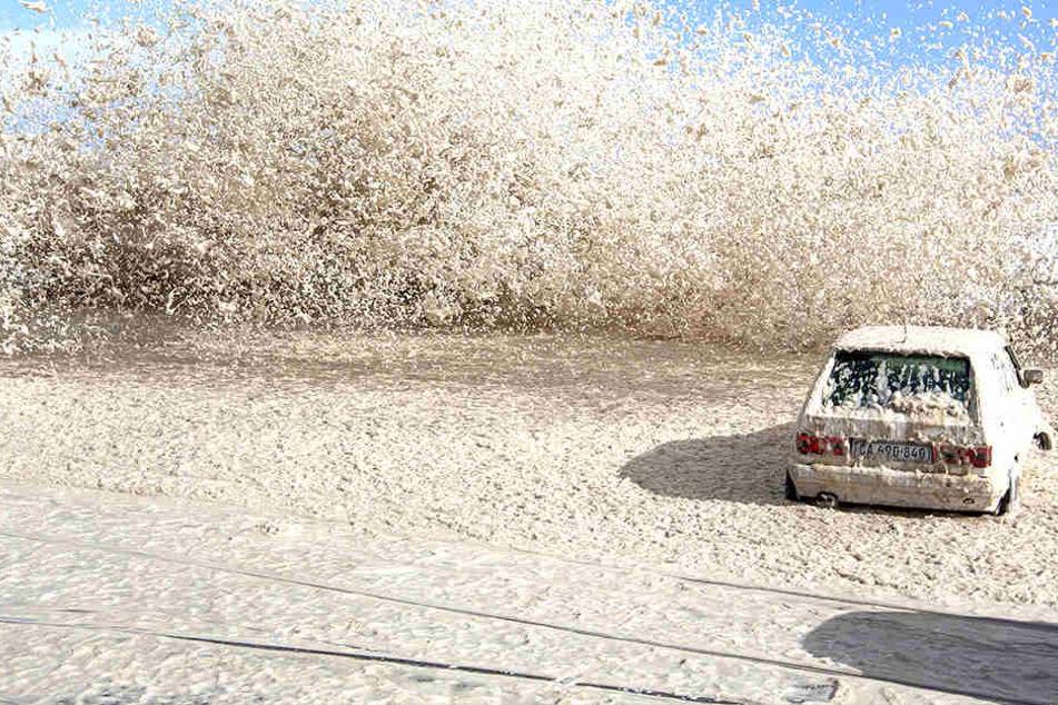 Der Wind peitschte hohe Wellen des Atlantiks über Straßen und Küstenpromenaden in Kapstadt