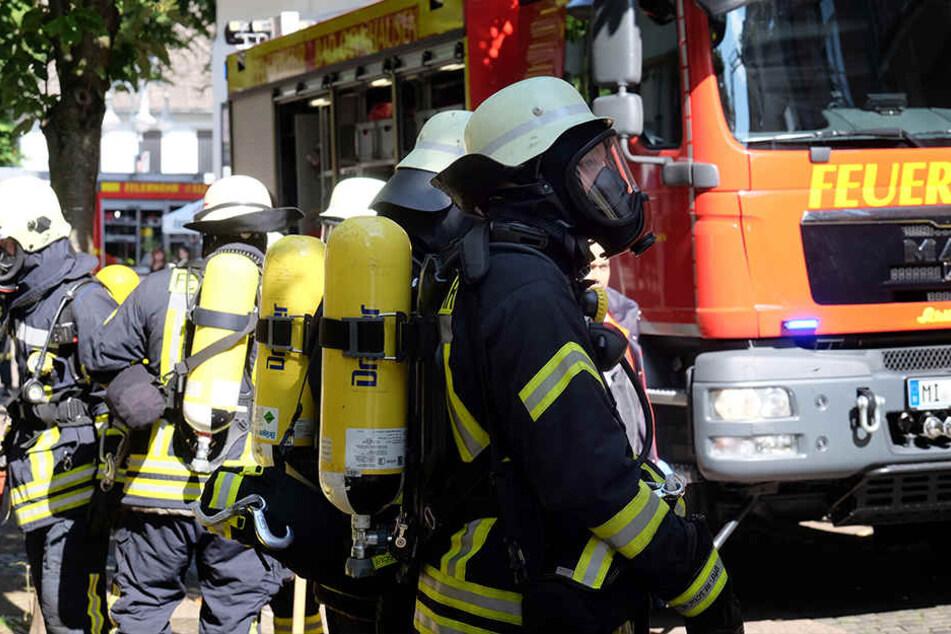 Mit Atemschutzmasken stürmten Feuerwehrmänner in die Wohnung.