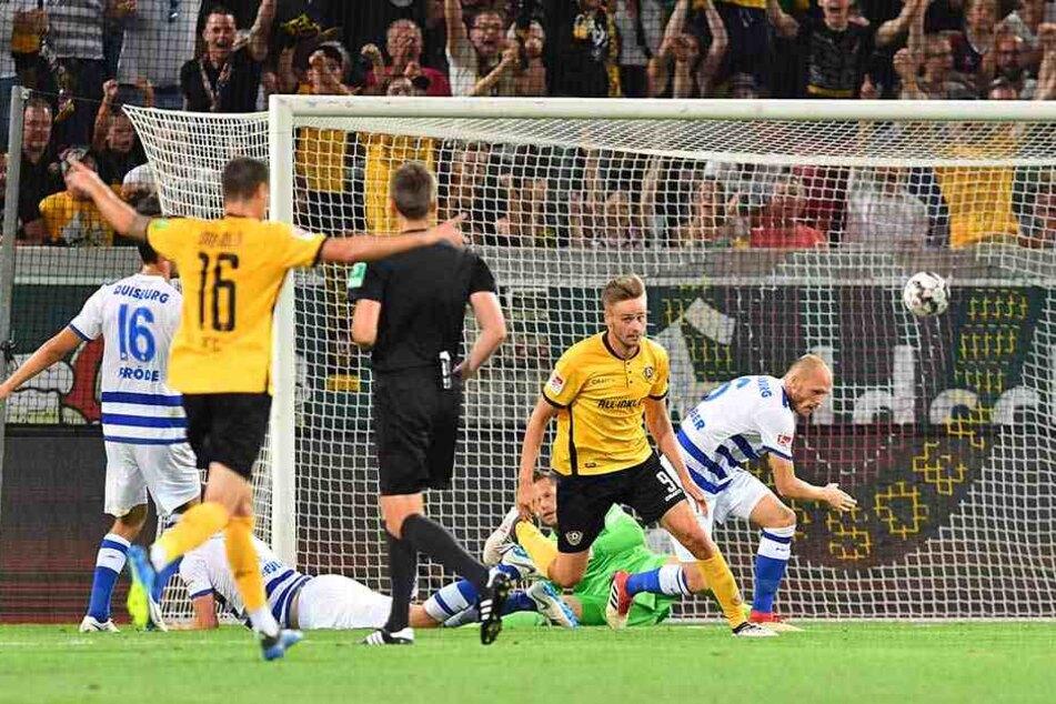 Lucas Röser (2.v.r.) dreht nach seinem entscheidenden Treffer zum 1:0-Sieg im Hinspiel gegen Duisburg jubelnd ab. Es blieb bisher sein einziges Tor in dieser Saison.