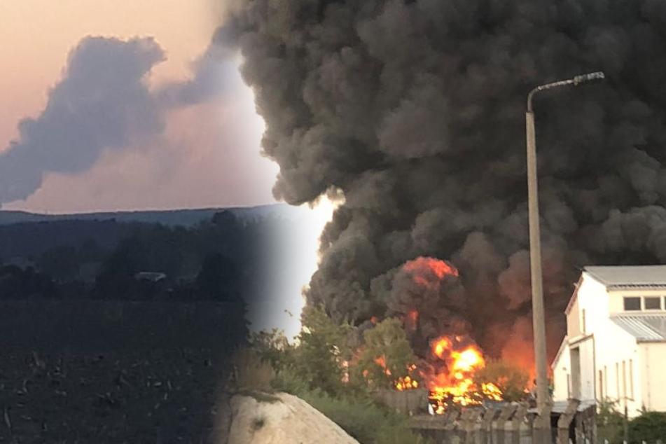 Die Flammen sind weithin sichtbar. Es stehen 125 große Ballen Altpapier in Flammen.