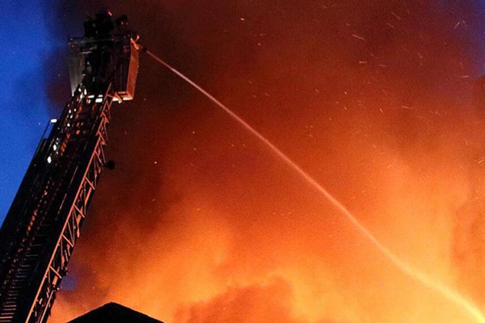 Bislang kann die Polizei nicht ausschließen, dass das Reihenhaus in Hettstedt in Brand gesteckt wurde (Symbolbild).