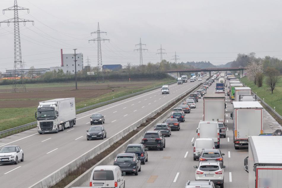 Unfall A5: Frau auf A5 von Laster erfasst: Kilometerlanger Stau nach tödlichem Unfall