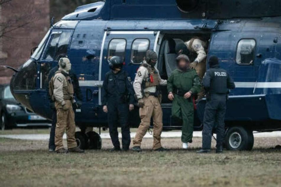 Einer der Terror-Verdächtigen wird aus einem Helikopter geführt.