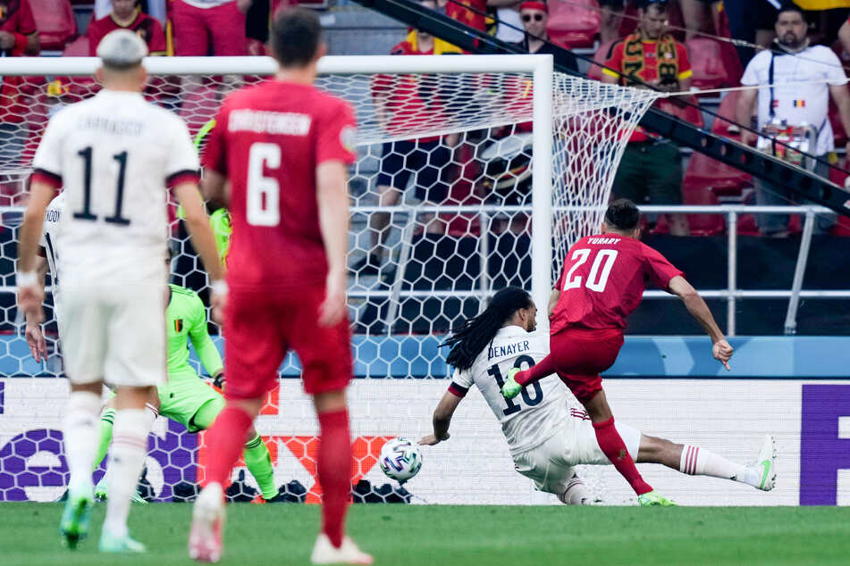Yussuf Poulsen (r.) nutzt einen Fehlpass von Jason Denayer (2.v.r.) nach einer Vorlage von Pierre-Emile Höjbjerg zum 1:0 für Dänemark gegen Belgien.
