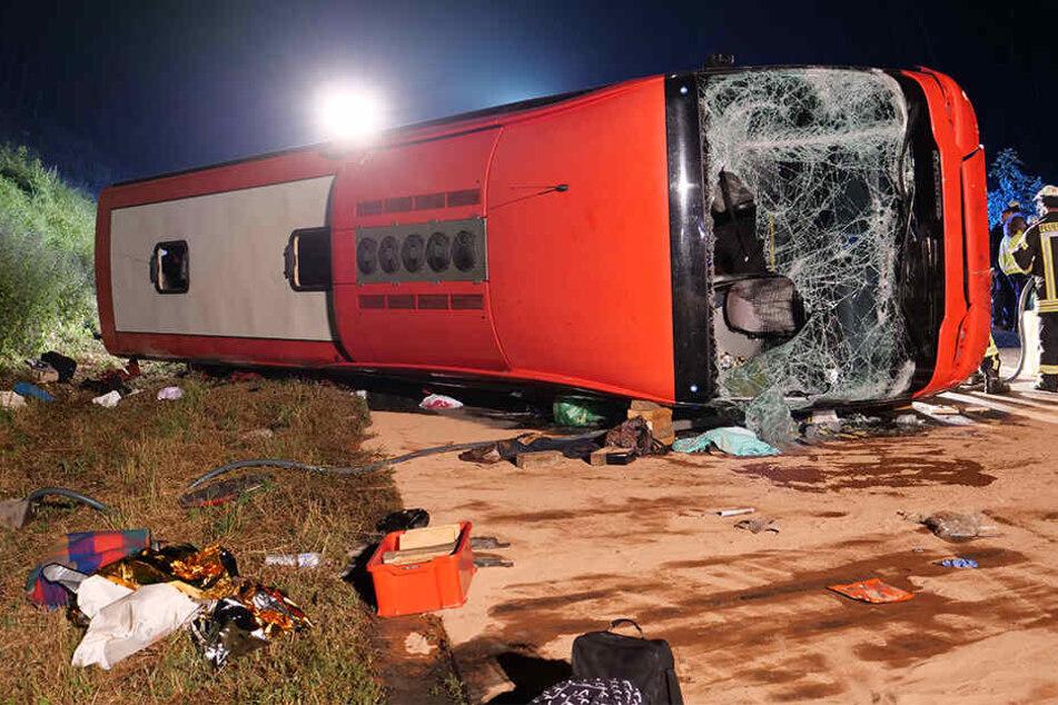 Unfall A44: Bus-Unglück: Fahrer verliert Kontrolle, 40 Verletzte