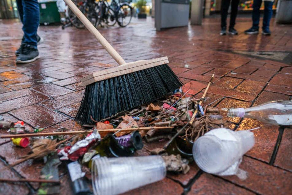 Die Straßenreinigung musste in den bayerischen Städten über 100 Tonnen Müll beseitigen. (Archivbild)