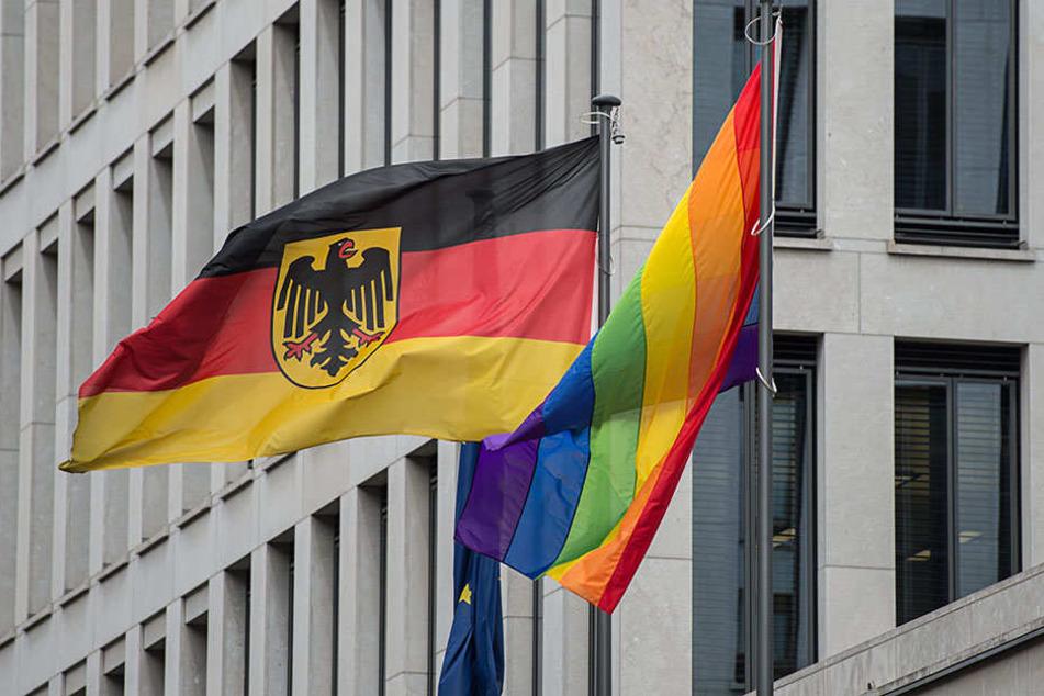 Eine Regenbogenfahne hängt vor dem Familienministerium in Berlin.