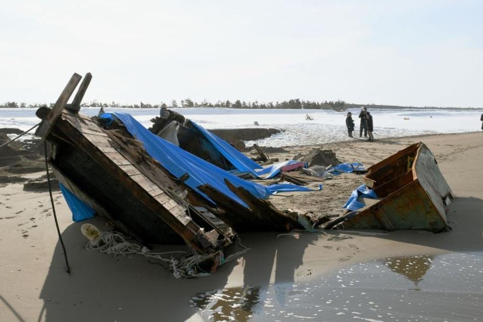 An Japans Westküste ist erneut ein verlassenes Boot mit Toten entdeckt worden, die vermutlich aus Nordkorea stammen.