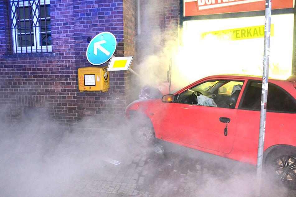 Eine Fahrerin knallte mit ihrem Hyundai gegen eine Hauswand.