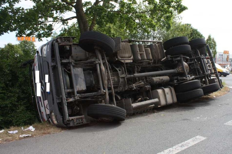 Schwerer Unfall: Mülltransporter fliegt aus Kurve und kracht auf die Seite