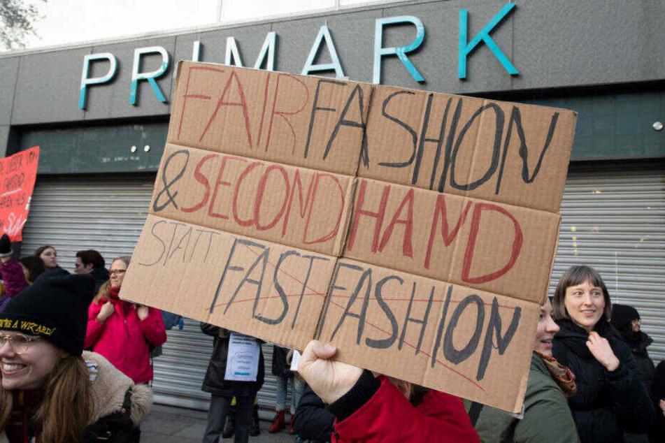 Nachdem die Demonstranten die Eingangstüren blockierten machte die Frankfurter Primark-Filiale vorübergehend dicht.