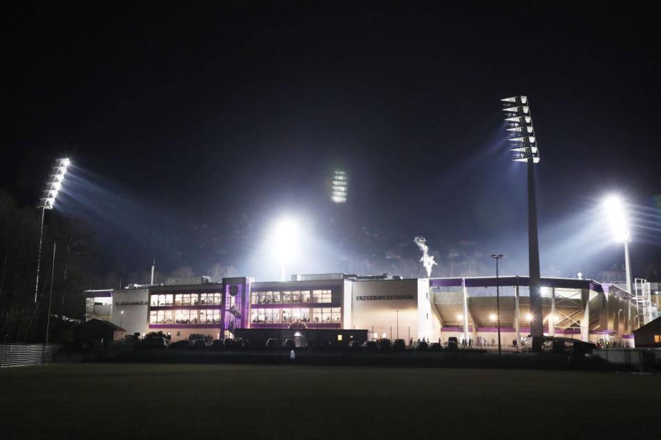 Das neue Erzgebirgsstadion im Schein der Flutlichter. Gegen St. Pauli wird es zum ersten Mal richtig voll werden.