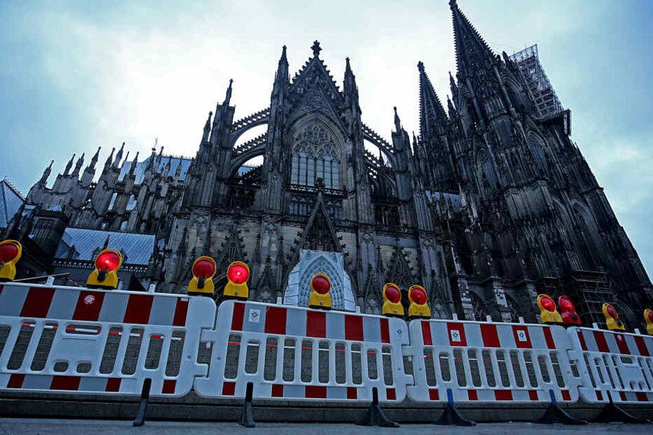 Aus Sicherheitsgründen ist der Bereich vor dem Kölner Dom abgesperrt.