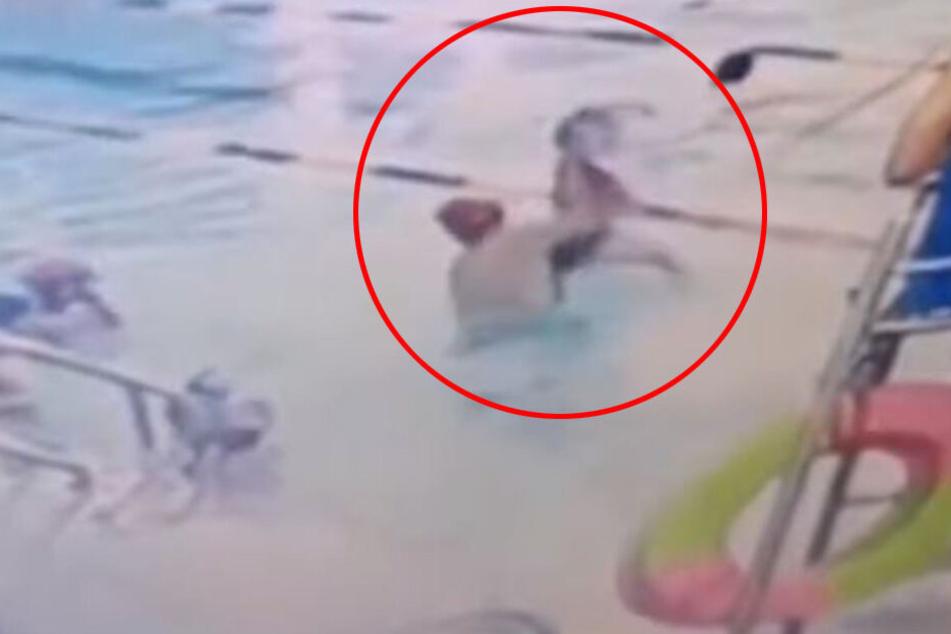 Mit voller Wucht schleuderte er den Achtjährigen ins Wasser.