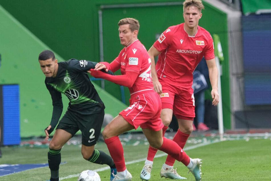 Wolfsburgs William (l.) und die Berliner Christopher Lenz und Marius Bülter beim Bundesligaspiel am Sonntag.