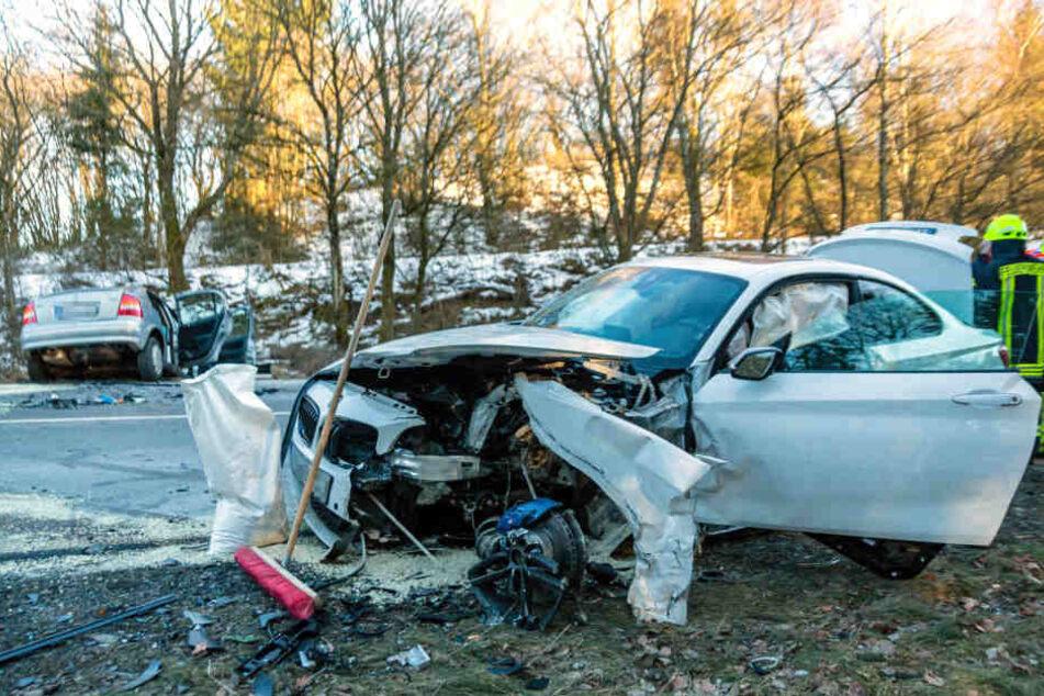 Vorne der schwer beschädigte BMW, hinten der Opel.