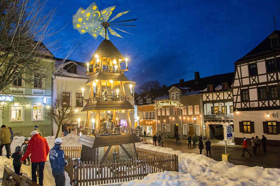 """Noch brennt überall im Erzgebirge die Weihnachtsbeleuchtung, wie hier in Zwönitz. Heute Abend wird's dann auf Kommando """"Licht aus!"""" zappenduster."""
