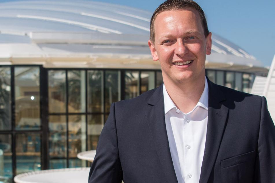 """Felix Eichhorn, Präsident der Aida Cruises, auf dem Deck der """"Aidaprima"""" in Hamburg."""