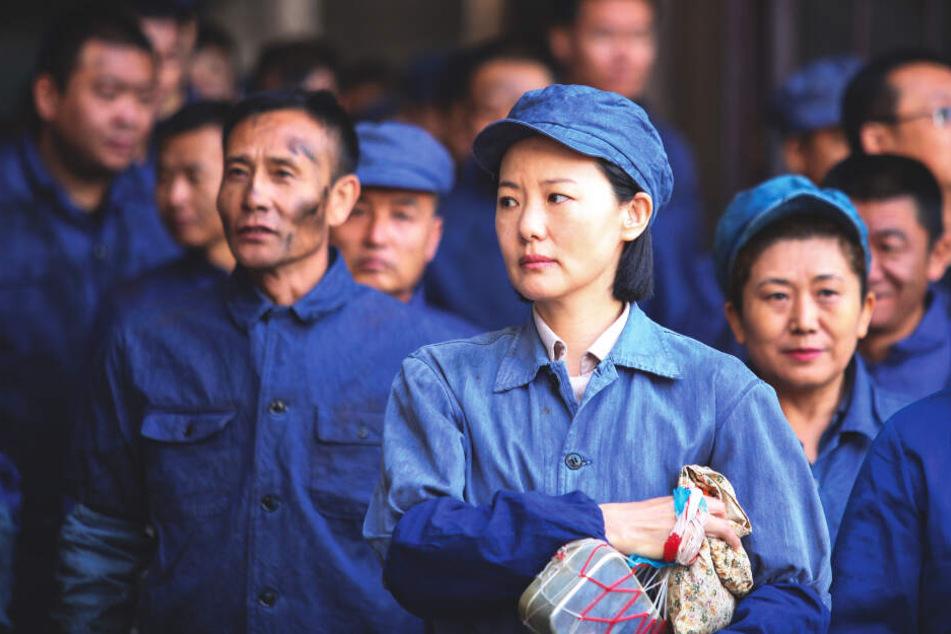 Wang Liyun (vorne, Yong Mei) arbeitet in der Sortierabteilung einer Metallfabrik.