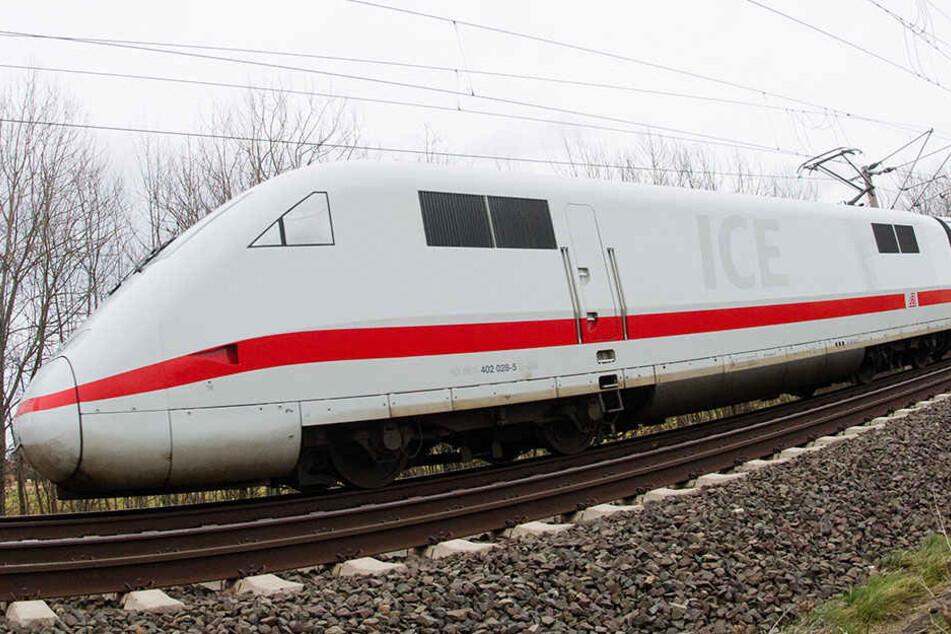 Ein ICE musste in Brandenburg halten, nachdem der Zug über Schottersteine fuhr. (Symbolbild)
