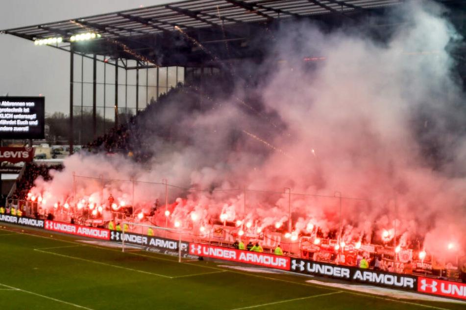 Die Fans des FC St. Pauli zünden Pyro-Technik.