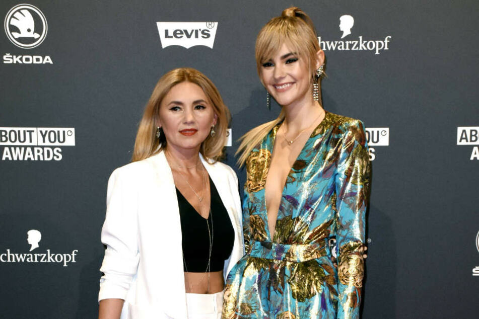 """Da kommen also die tollen Gene her! Zu den """"About You""""-Awards in München erschien Model Stefanie Giesinger (21) und Mama Helena."""