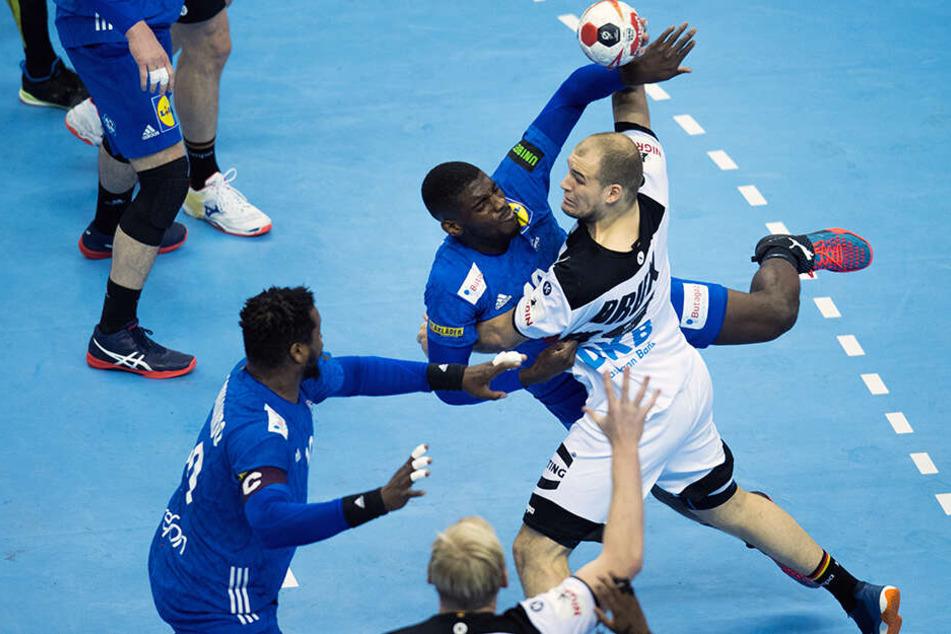 Deutschlands Paul Drux (r.) versucht, sich am Kreis gegen Frankreichs Cedric Sorhaindo (l.) und Dika Mem durchzusetzen.