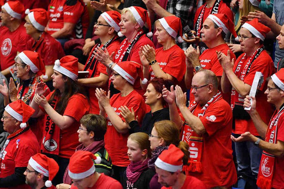 Zum Nikolaustag, wie sollte es anders sein, bekamen die DSC-Fans in der Margon-Arena eine rote Mütze - und die setzten sie natürlich auf.