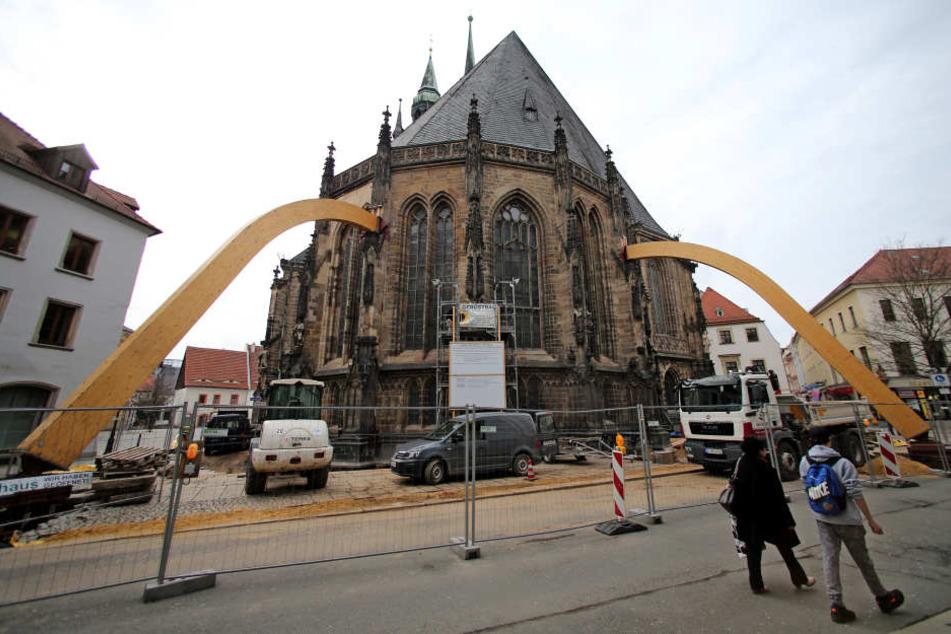 Damit der Dom während der Arbeit an den Fundamenten nicht vornüber kippt, halten am Marienplatz zwei riesige Stützen dagegen.