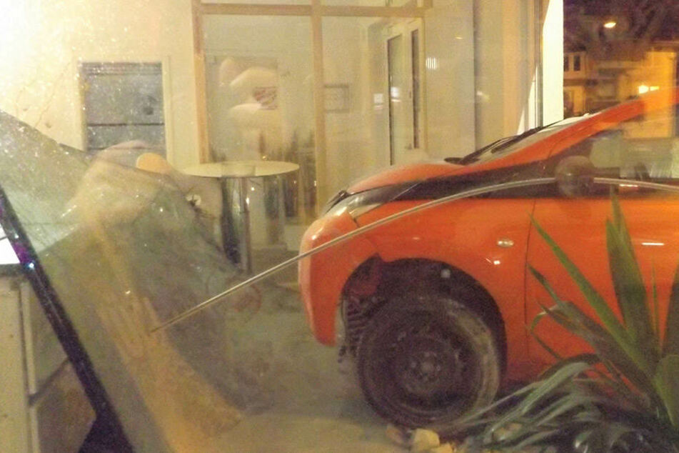Der Toyota krachte direkt durch das Schaufenster des Küchenstudios.