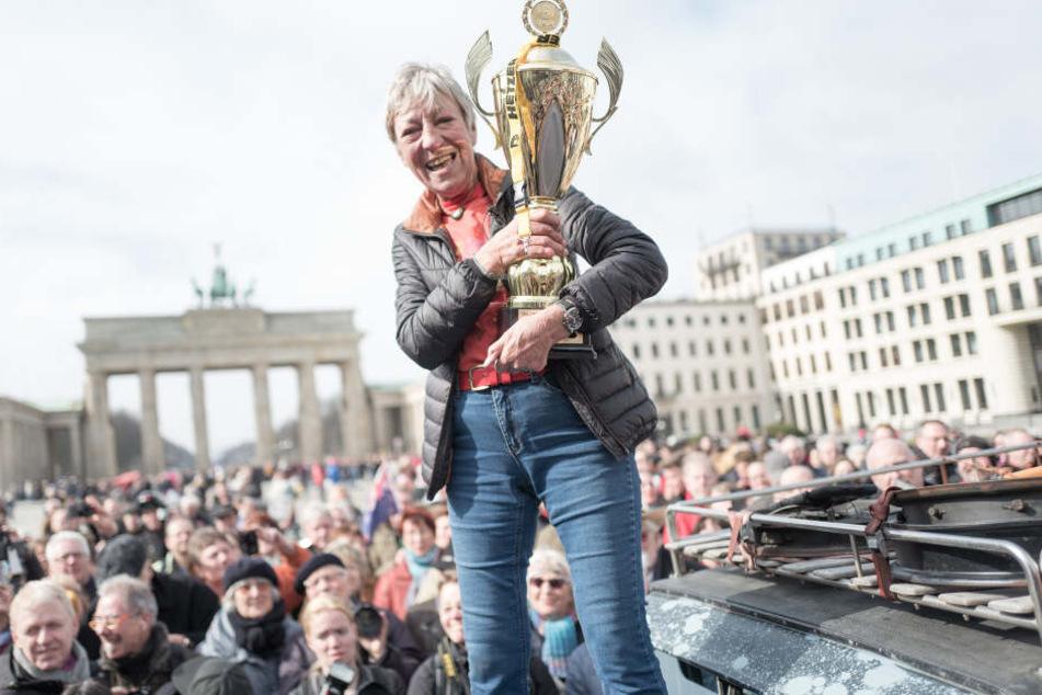 Nach einer Weltreise mit einem Oldtimer ließ sich Heidi Hetzer 2017 von ihren Fans vor dem Brandenburger Tor feiern.