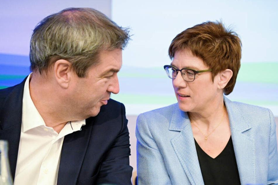 Verteidigungsministerin Annegret Kramp-Karrenbauer (r., CDU) unterhält sich in Bad Staffelstein mit Bayerns Ministerpräsidenten Markus Söder (CSU).