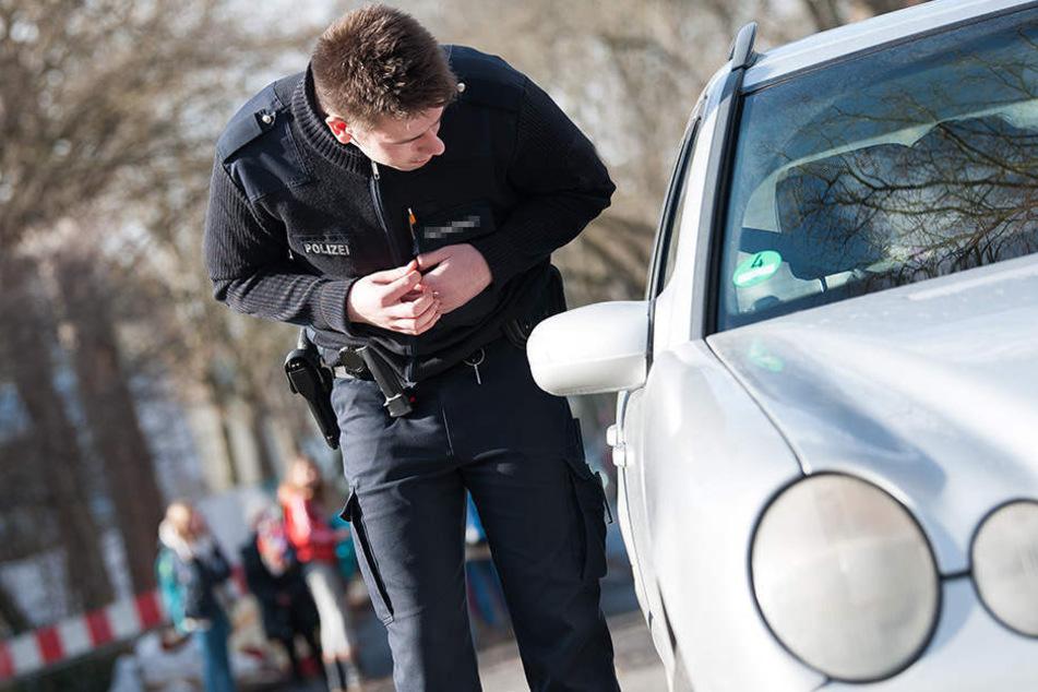 Als Polizisten den Mann stoppen wollte, gab dieser Gas. (Symbolbild)