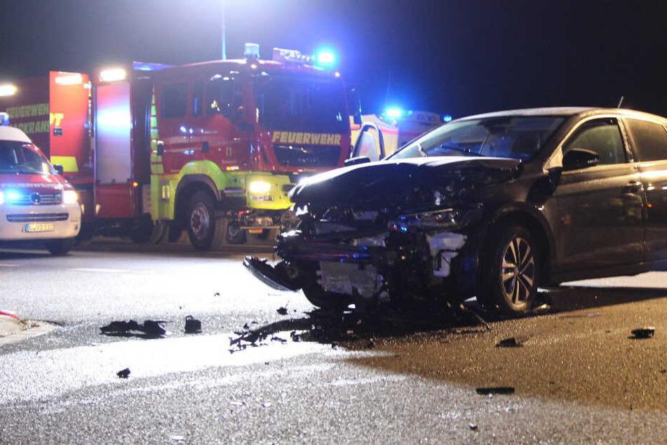 Unfall auf der Kreuzung: Auto schleudert in Straßengraben, ein Verletzter