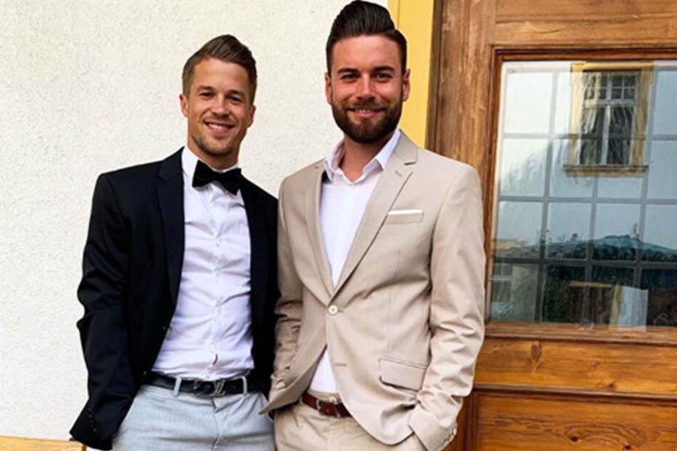 Schmucke Kerle: Patrick Möschl (l.) und Niklas Kreuzer bei der Hochzeitsfeier von Patrick Wiegers.