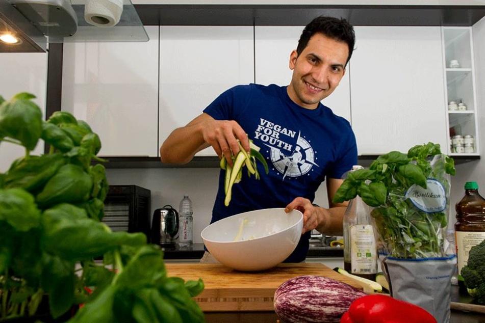 Attila Hildmann in seiner Küche in Berlin, jetzt eröffnet er auch ein Restaurant in der Hauptstadt.